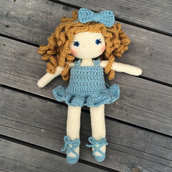 Friendly Grace - These free crochet doll patterns are a mix of amigurumi patterns and other techniques. Create your own world with dolls that will take you on a journey. #AmigurumiPatterns #CrochetDollPatterns #FreeCrochetPatterns