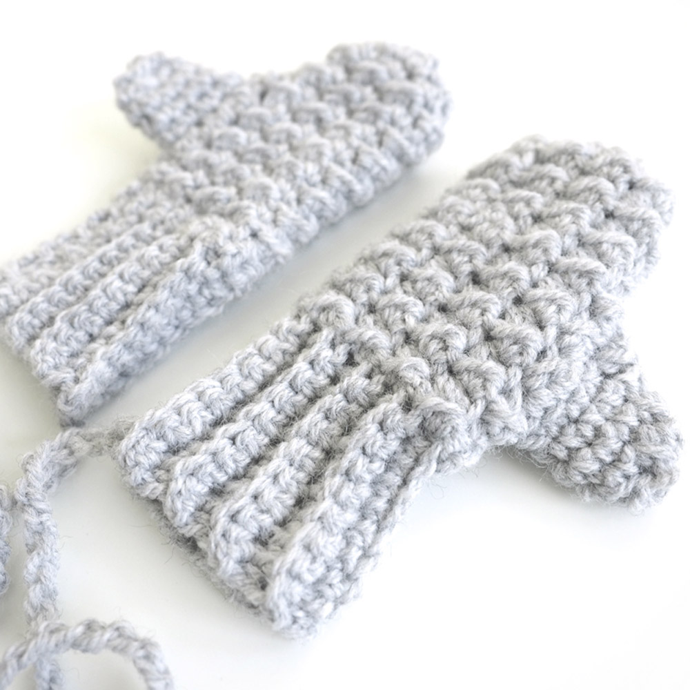 These crochet mittens are adorable and easy to work up. The moss stitch crochet pattern is made up of basic crochet stitches, so it's really easy to learn. #MossStitchCrochet #CrochetBabyMittens #FreeCrochetPattern