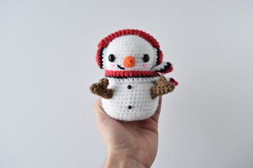 Casper the Snowman - Fill this holiday season with crochet toy projects that will fill your home with more joy than ever before. #crochettoys #christmastoys #crochetamigurumi
