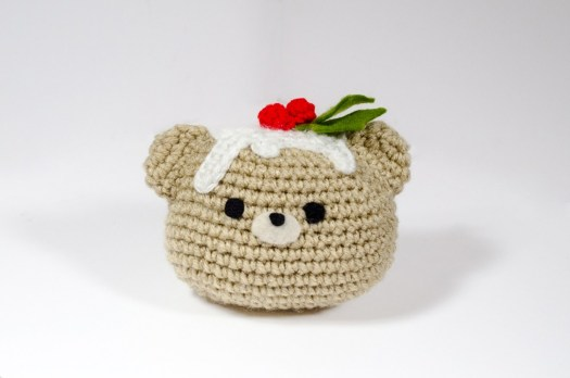 Christmas Pudding Bear - Fill this holiday season with crochet toy projects that will fill your home with more joy than ever before. #crochettoys #christmastoys #crochetamigurumi