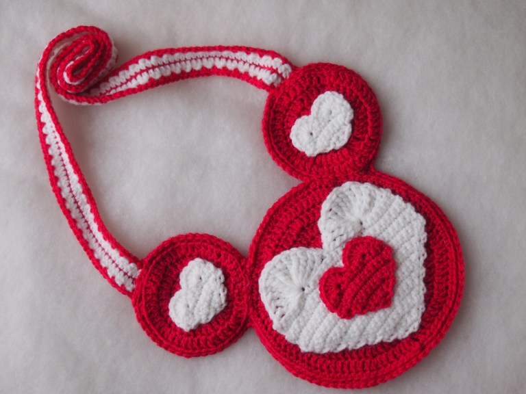 Heart Mouse Purse - One way you can show your love for kids this Valentine's is by crocheting these simple crochet patterns. #simplecrochetpatterns #crochetpatterns #kidscrochetpatterns