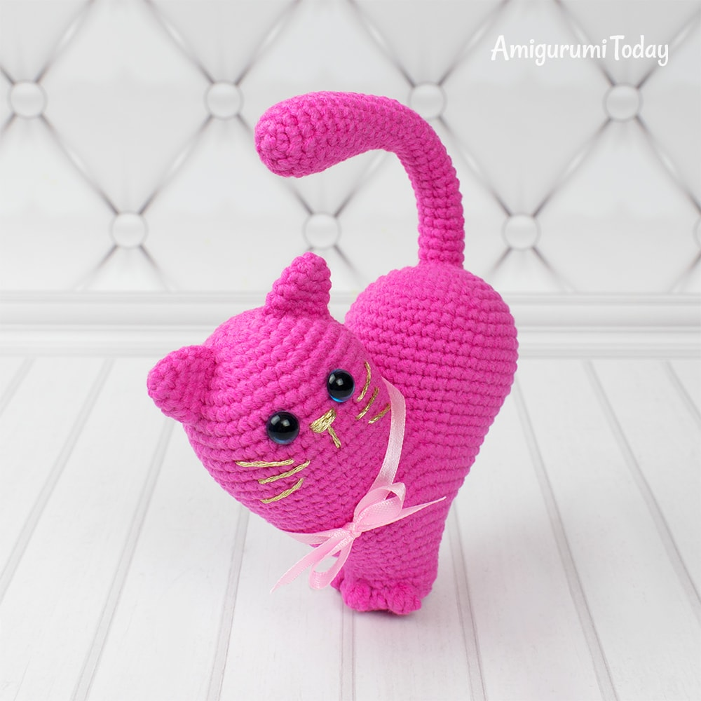 Valentine's Day Cat - One way you can show your love for kids this Valentine's is by crocheting these simple crochet patterns. #simplecrochetpatterns #crochetpatterns #kidscrochetpatterns
